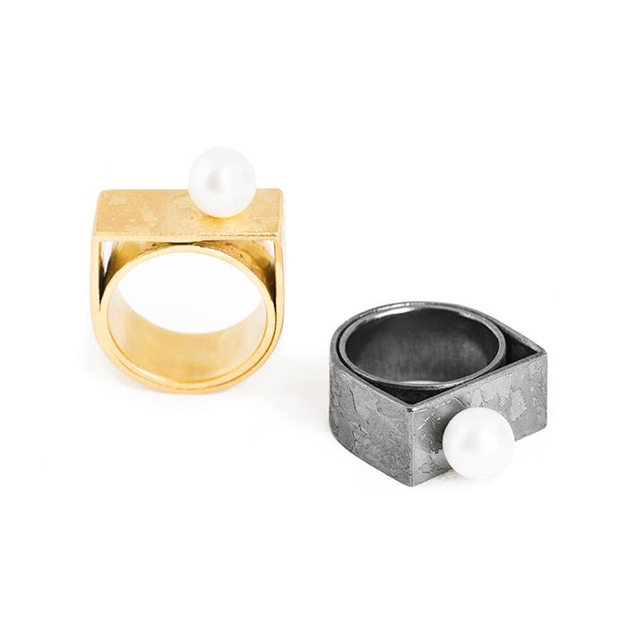 """Bagues """"Aventure de Perles"""" en argent noirci ou plaqué or, avec perle de culture. Création par Yasmin Yahya, Rennes"""