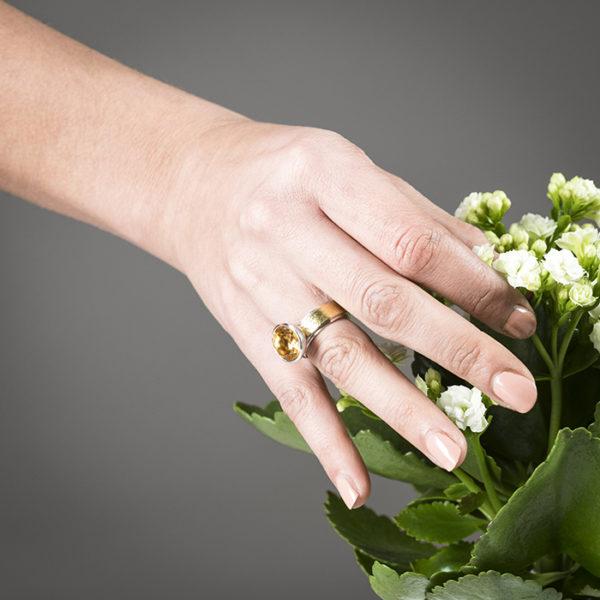 Ring in Silber und 22 Karat Gold, Halbkugelfassung mit Zitrin, ø 12 mm