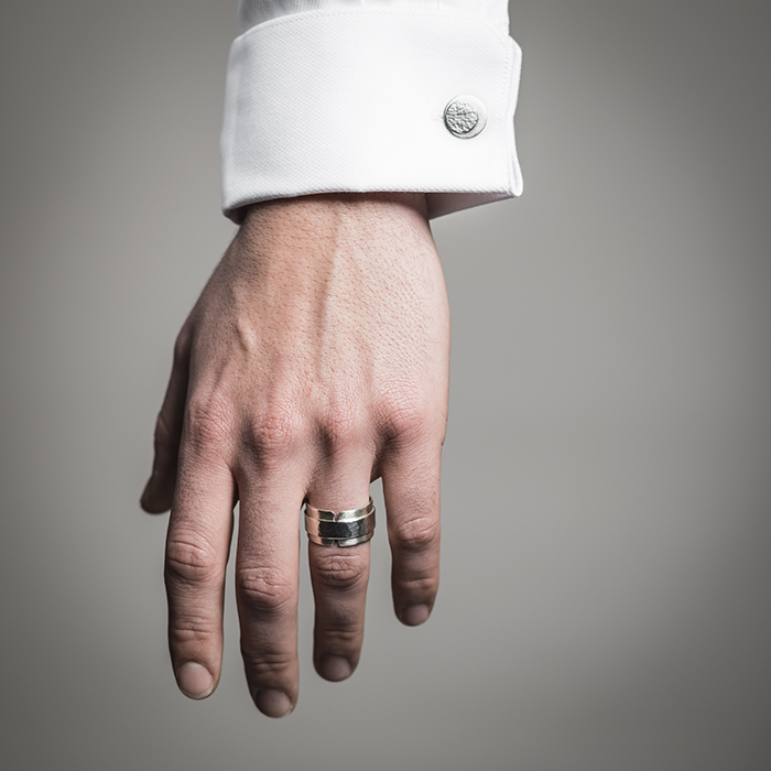 Männerring und Manschettenknöpfe DOTS aus RJC Silber, matt und gehämmerte Struktur