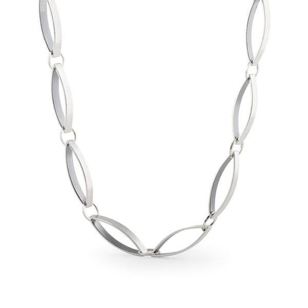 Necklace in fairtrade sterling silver, for women, contemporary jewelry design by Yasmin Yahya, based in Rennes in France, photo mlg
