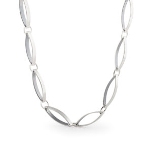 Halskette aus fairtrade sterling Silber, handgemachtes Schmuckdesign von Yasmin Yahya, in Rennes in der Bretagne, Foto mlg