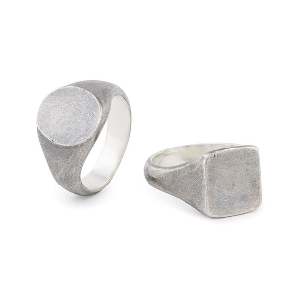 Signet ring for men in fairtrade and recycled sterling silver, mat and oxydized © Yasmin Yahya