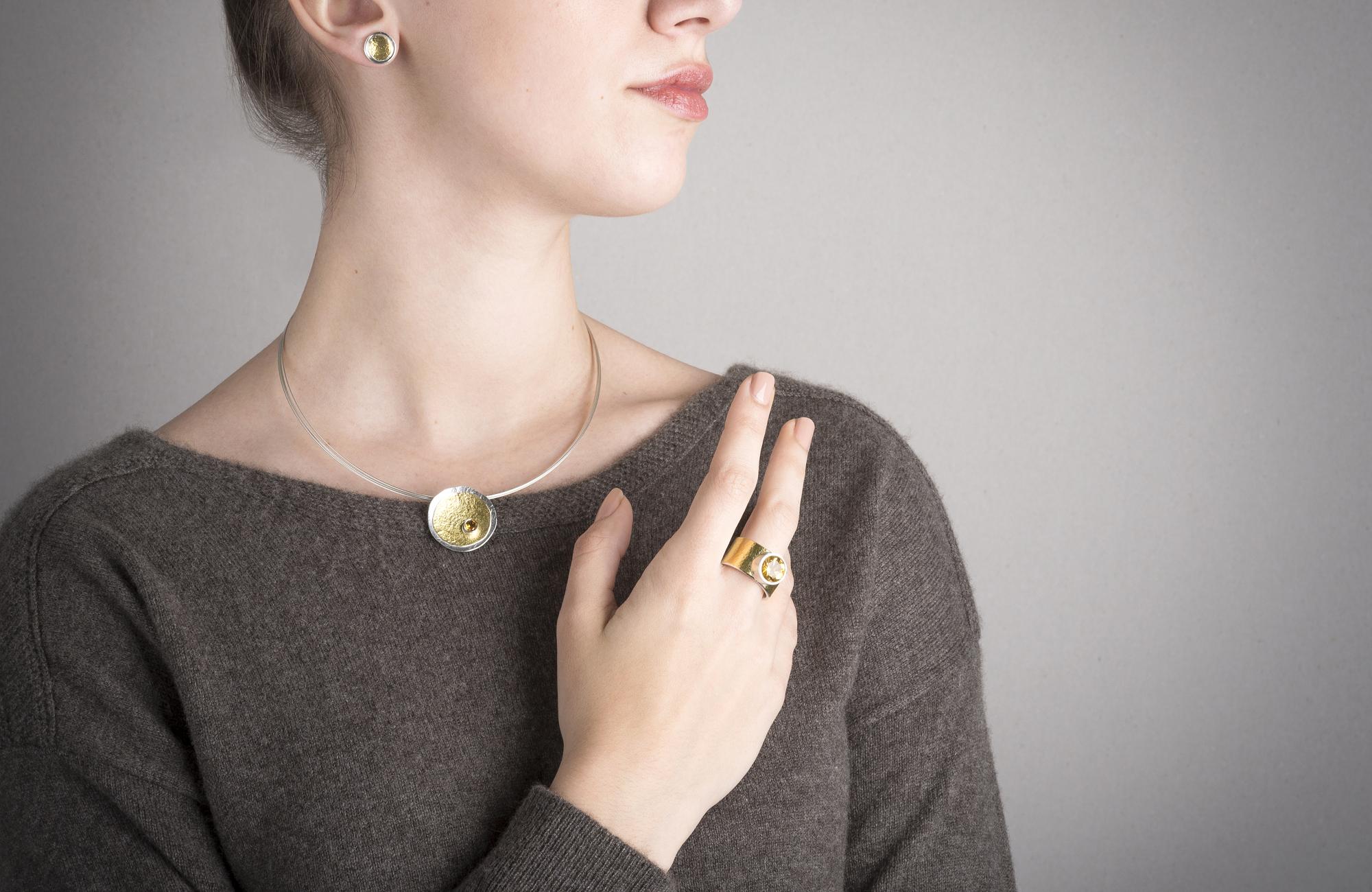 Collection MOUNTAIN - collier, bague et puces en argent éthique et or 22 carats, avec citrine