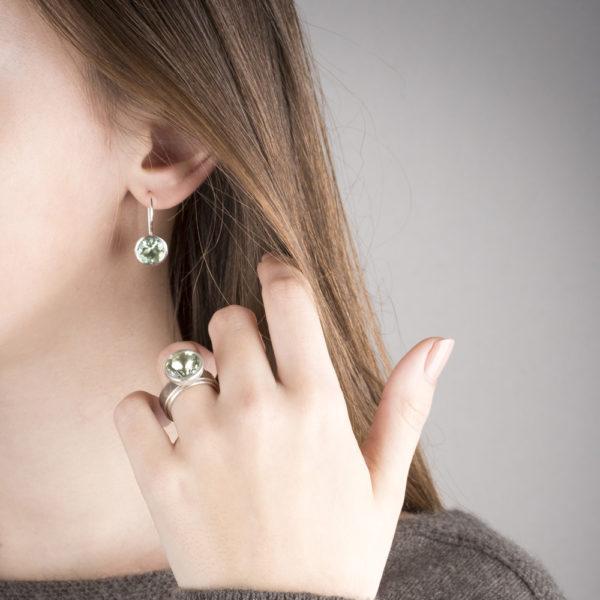 Bague et boucles d'oreilles en argent et Palladium RJC, avec une prasiolithe (couleur vert d'eau) de ø 12 mm. Porté avec la boucle d'oreille de la même collection.