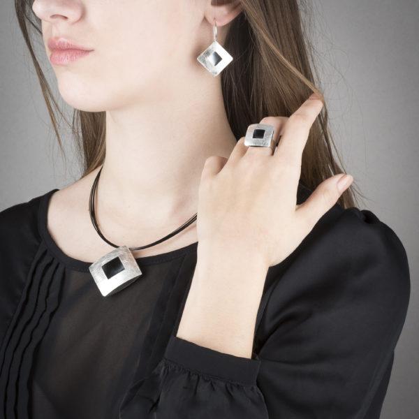 Halskette, Ring und Ohrringe aus ethischem Silber RJC, matt und geschwärzt © Y. Yahya & M. Le Glouet