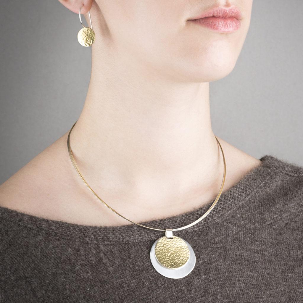 Boucles d'oreilles avec attache dormeuse en argent et or 22 ct RJC, martelées. Porté avec le collier de la même collection