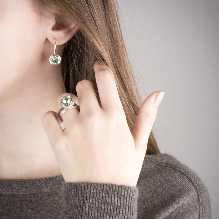 Boucles d'oreilles en argent RJC avec prasiolithe et bague en argent et palladium RJC avec prasiolithe © Y. Yahya & M. Le Glouet