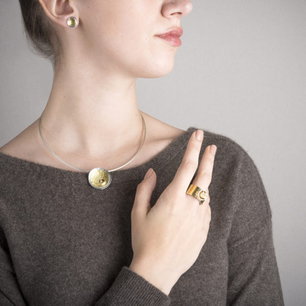 Ring, Uhrstecker und Halskette aus ethischem Silber und 22-Karat Gold RJC mit Zitrinen © Y. Yahya & M. Le Glouet