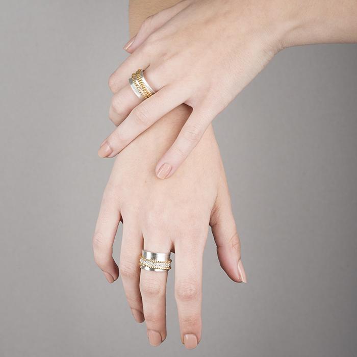 Bagues avec soit fil de perle ou fil de fleur, mobiles et coulissantes. En argent éthique RJC, partiellement plaqué or