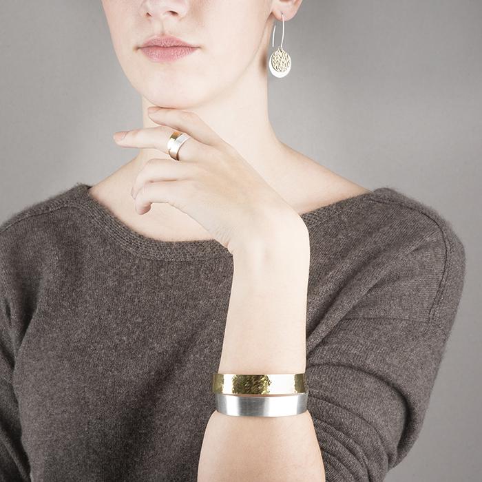 Boucles d'oreilles, bague et bracelet de la collection DOTS; en argent et or 22 ct, mat et martelé.