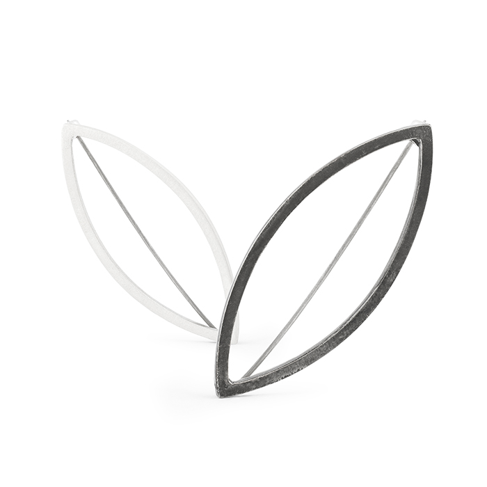 Brosche aus Silber, entweder geschwärzt oder matt