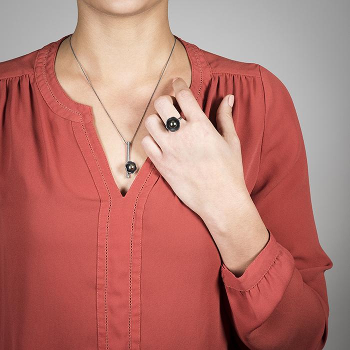 Halskette und Ring der Kollektion BLACK BLOSSOM aus Silber RJC mit edlen Tahitiperlen