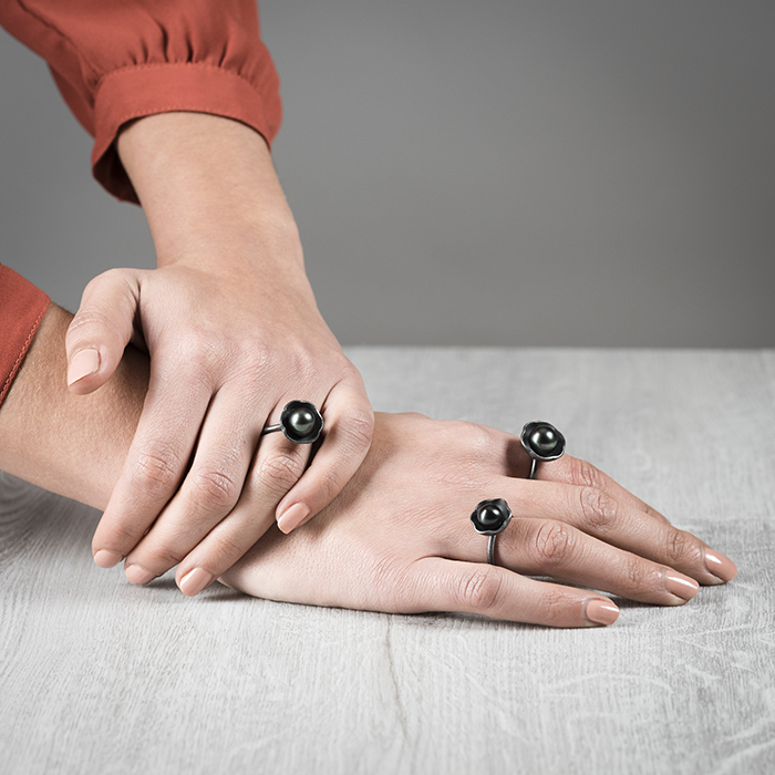 Rings of the collection BLACK BLOSSOM in sterling silver oxidized with elegant Tahiti pearls