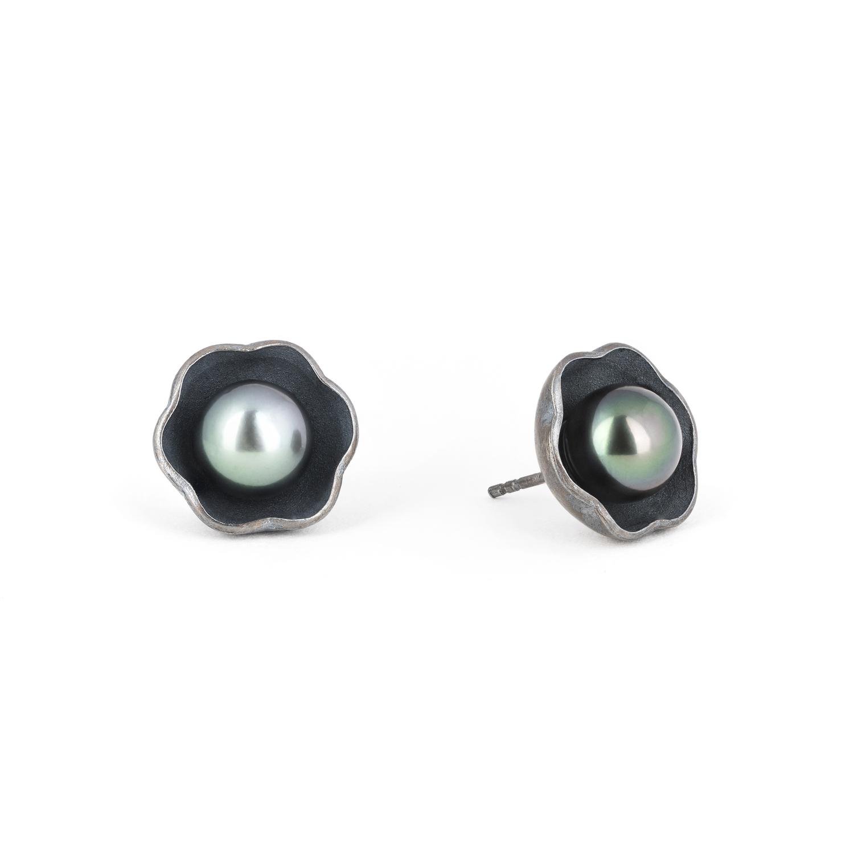 Boucles d'oreilles puces en argent éthique RJC, patinées gris. Avec des perles de Tahiti ø 8/9 mm
