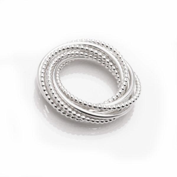 Bague en argent éthique RJC (Responsible Jewellery Council), multi-bague avec 8 bagues. Des bijoux contemporains par la créatrice Yasmin Yahya, basée à Rennes en Bretagne.