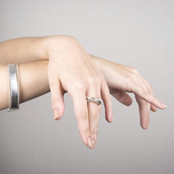 Triple-bracelet et bague DELHI en argent éthique RJC (Responsible Jewellery Council), multi-bague avec 8 bagues. Des bijoux contemporains par la créatrice Yasmin Yahya, basée à Rennes en Bretagne.