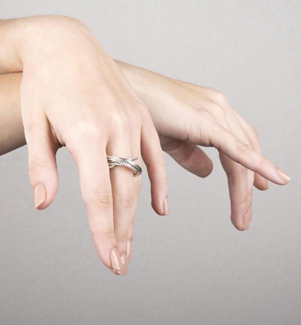 Bague DELHI en argent éthique RJC (Responsible Jewellery Council), multi-bague avec 8 bagues. Des bijoux contemporains par la créatrice Yasmin Yahya, basée à Rennes en Bretagne.