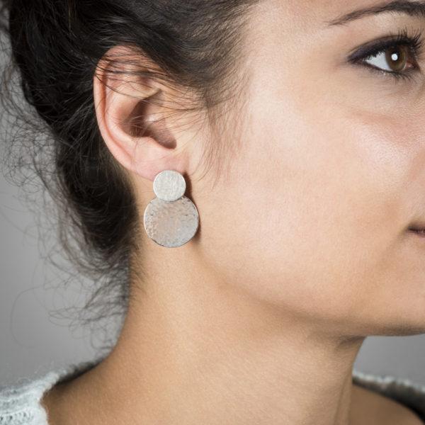 Boucles d'oreilles avec deux pastilles en argent RJC (Responsible Jewellery Council), mat et martelé/poli. Hauteur 3 cm. Création par Yasmin Yahya