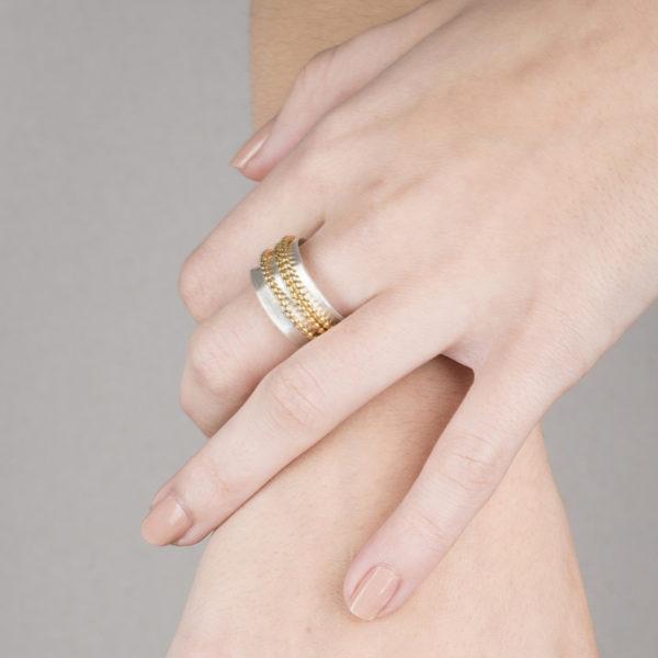 Bague DELHI-Triple porté, ici la version en argent éthique et plaqué or.
