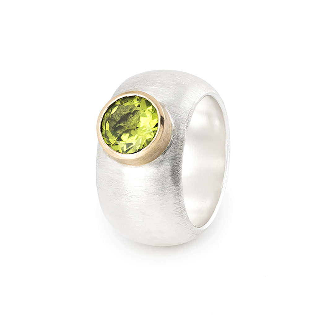 Ring in ethical sterling silver and gold 18 cts, with a peridot ø 8 mm