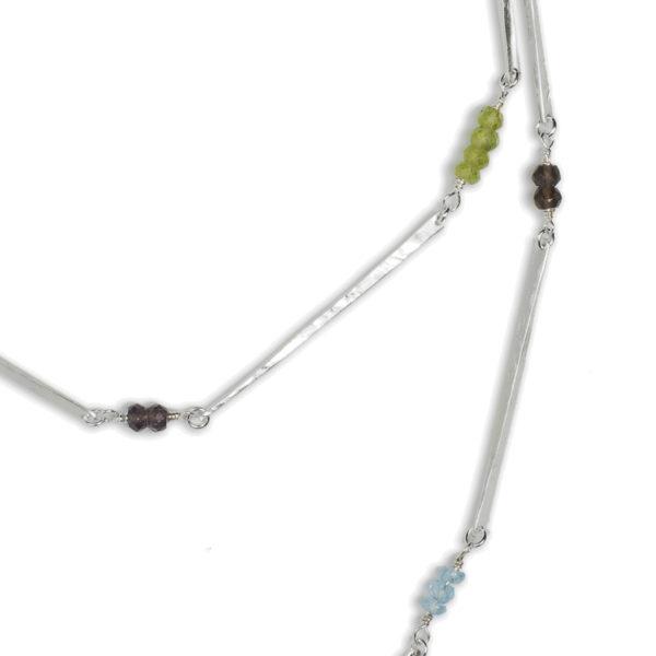 Collier ALANA en argent équitable, dans sa version blanc (avec péridots, quartz fumés et topazes bleus)
