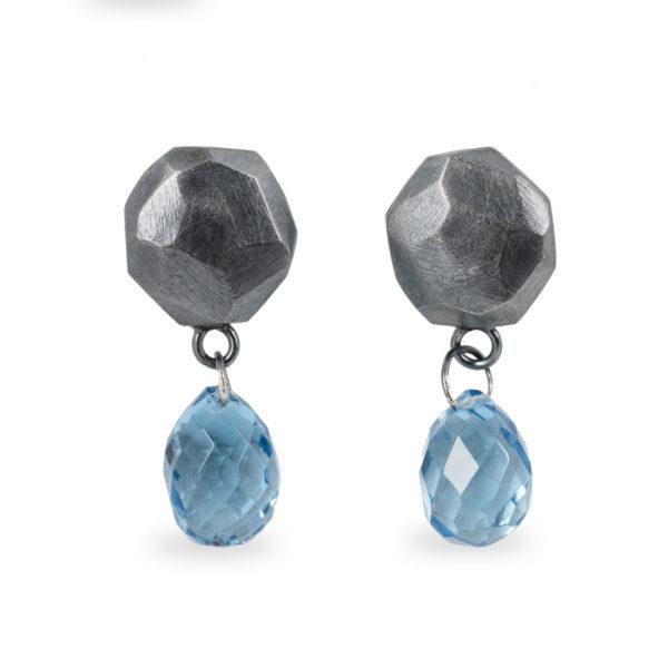Boucles d'oreilles ALANA en argent équitable noirci avec topaze bleu
