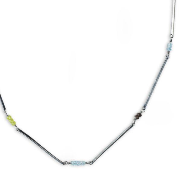 Collier ALANA en argent équitable, dans sa version noirci (avec péridots, quartz fumés et topazes bleus, détail