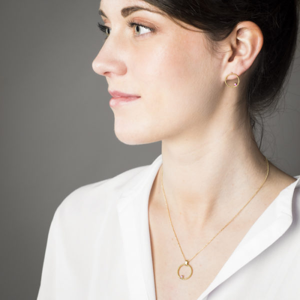 Delicat necklace, earrings and ring in sustainable 18 ct gold, with a ruby