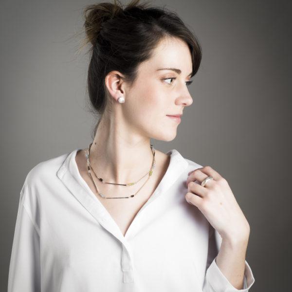 Schmuckstücke der Kollektion ALANA, aus nachhaltigem Silber mit Halbedelsteinen (Peridot, Rauchquarz und Topas). Die Kette kann 2-fach oder lang einfach getragen werden.