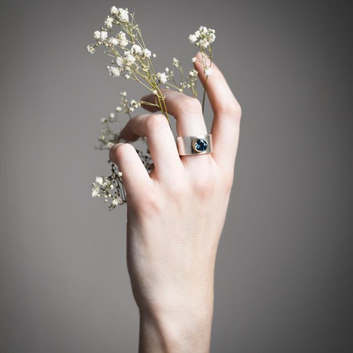 Ring aus nachhaltigem Silber matt und Gold 18 Kt mit blue London Topaz
