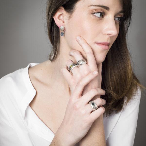 Ringe und Ohrringe der Kollektion ALANA, aus rezykliertem Silber mit Halbedelsteinen (Peridot und Topas).