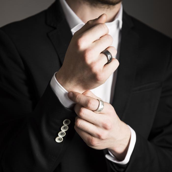 Facettierte Herrenringe aus rezykliertem Silber, geschwärzt oder matt