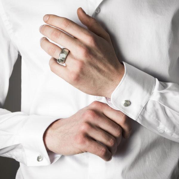Facettierte Herrenring und Manschettenknöpfe aus rezykliertem Silber, matt und teilweise geschwärzt
