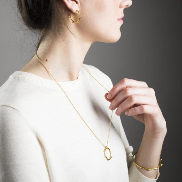 Delikate Halskette, Armreif und Ohrringe aus rezykliertem Silber vergoldet, aus der Kollektion DELHI.