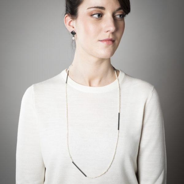 Boucles d'oreilles et collier noirci, en argent équitable, avec des perles de culture (eau douce)