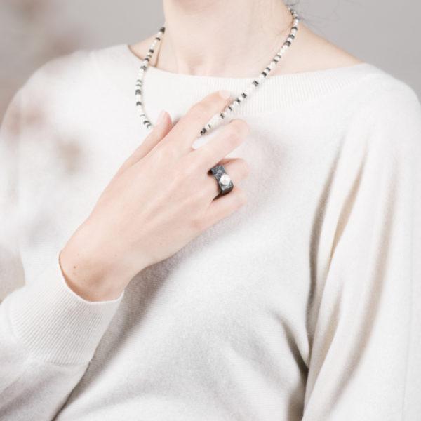 Bague, en argent équitable noirci, avec une perle de culture ronde (grand modèle)