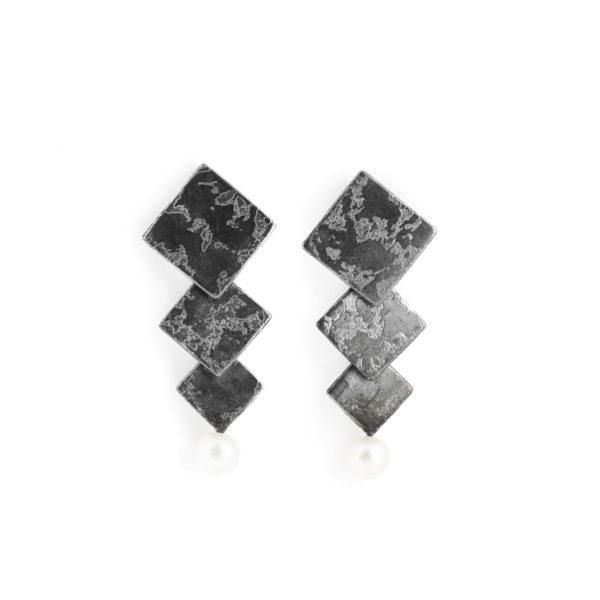 Boucles d'oreilles en argent noirci, avec des carrés et une perle d'eau douce