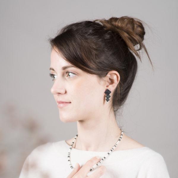 Boucles d'oreilles en argent noirci, avec des perles de culture