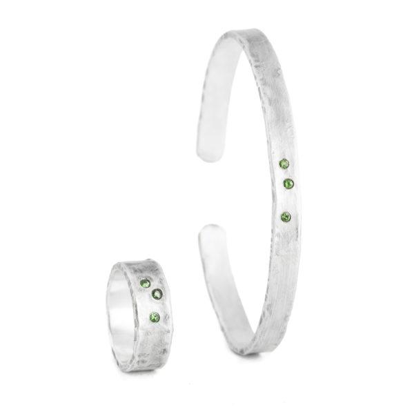 Herrenring mit dazu passendem Armreif aus nachhaltigem Silber mit grünen Tsavoriten (grüner Granat)