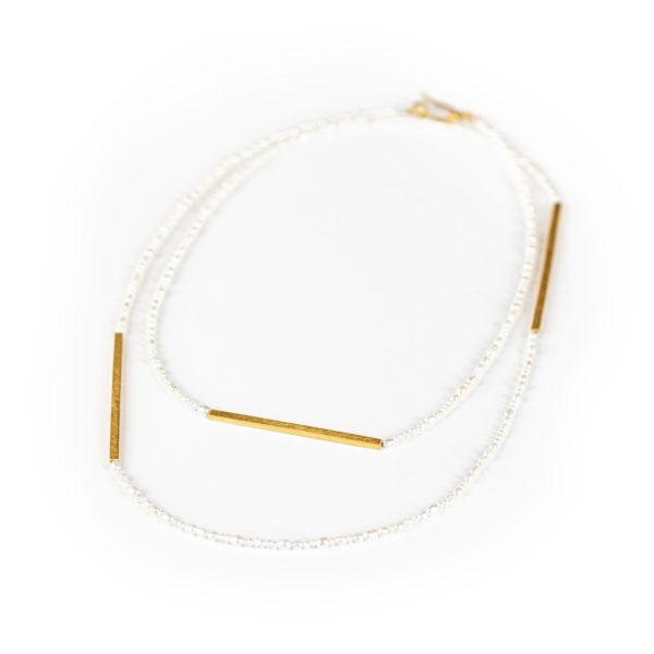 Perlenkette mit Vierkantelementen aus mattem, vergoldeten nachhaltigen Silber, mit Zuchtperlen verschiedener Grösse