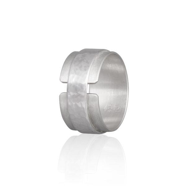 Der Herrenring DOTS aus nachhaltigem Silber, matt und poliert