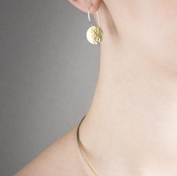 Schlichte Ohrhänger aus nachhaltigem Bi-Metall Silber/Gelbgold 900, poliert und gehämmerte Oberfläche