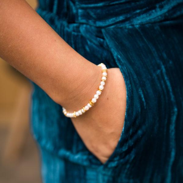 Délicat bracelet en argent plaqué or avec des perles de culture