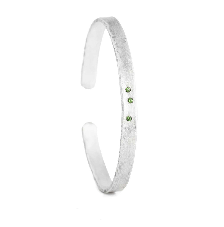 Armreif aus nachhaltigem Silber mit grünen Tsavoriten (grüner Granat)