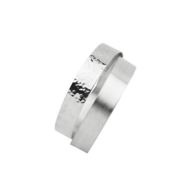 Version des Armreifs DOTS-Infinity aus nachhaltigem Silber, matt und gehämmert