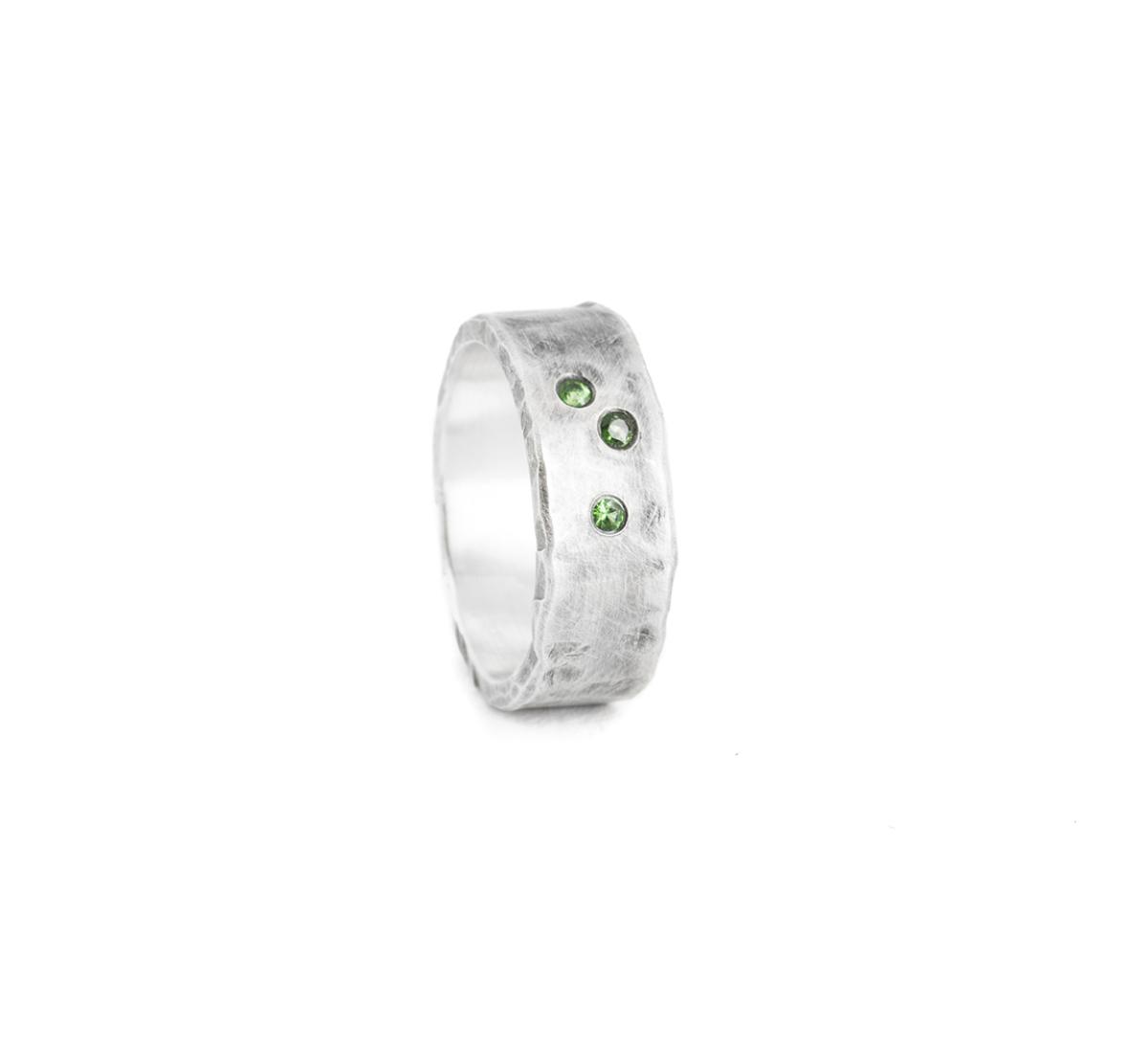 Herrenring aus nachhaltigem Silber mit grünen Tsavoriten (grüner Granat)