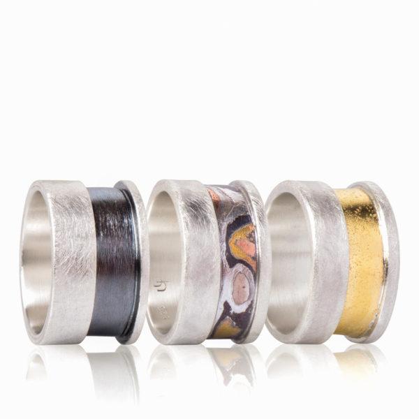 Herrenring in drei Versionen erhältlich: Aus Silber matt und geschwärzt, Silber mit Mokume Gane oder Silber/Gelbgold 900
