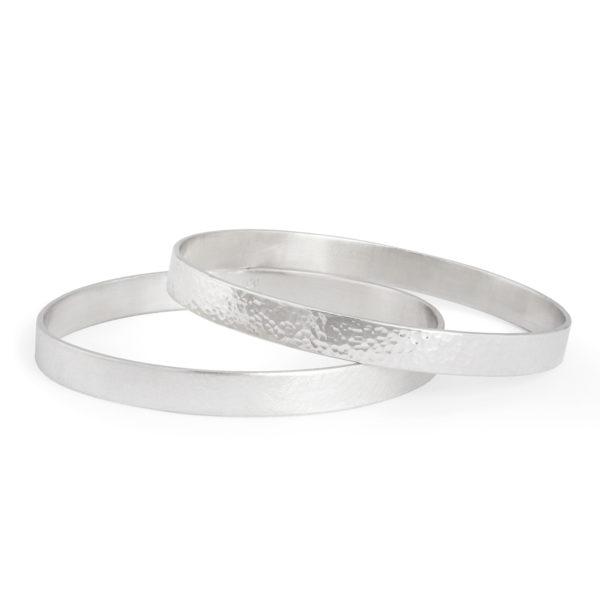 Schlichte Armreifen aus mattem oder poliertem/gehämmerten nachhaltigem Silber